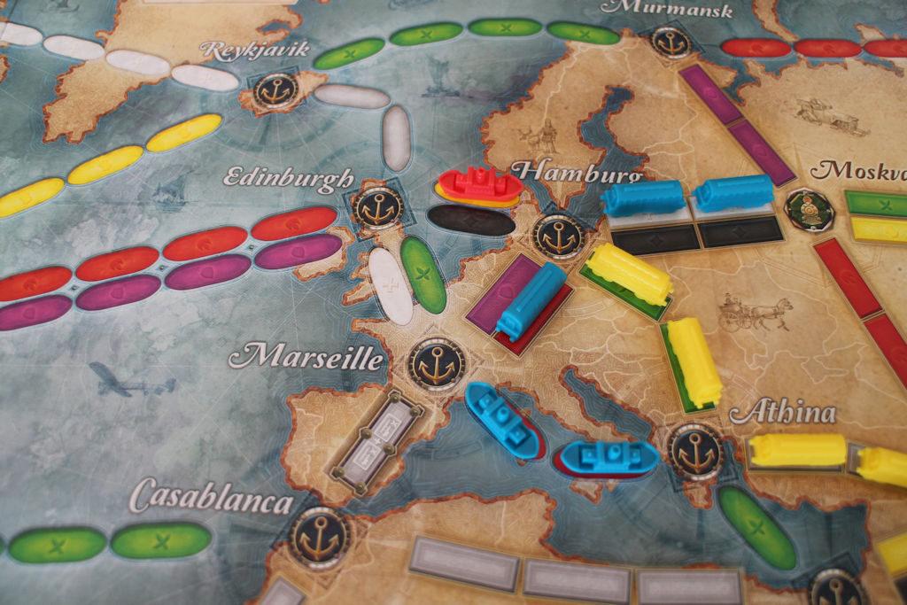 Hampurissa on ruuhkaa. Kuvassa näkyvissä myös 'Marseille-Casablanca' välin linkki, joka vaatii kaksi samanväristä korttia.