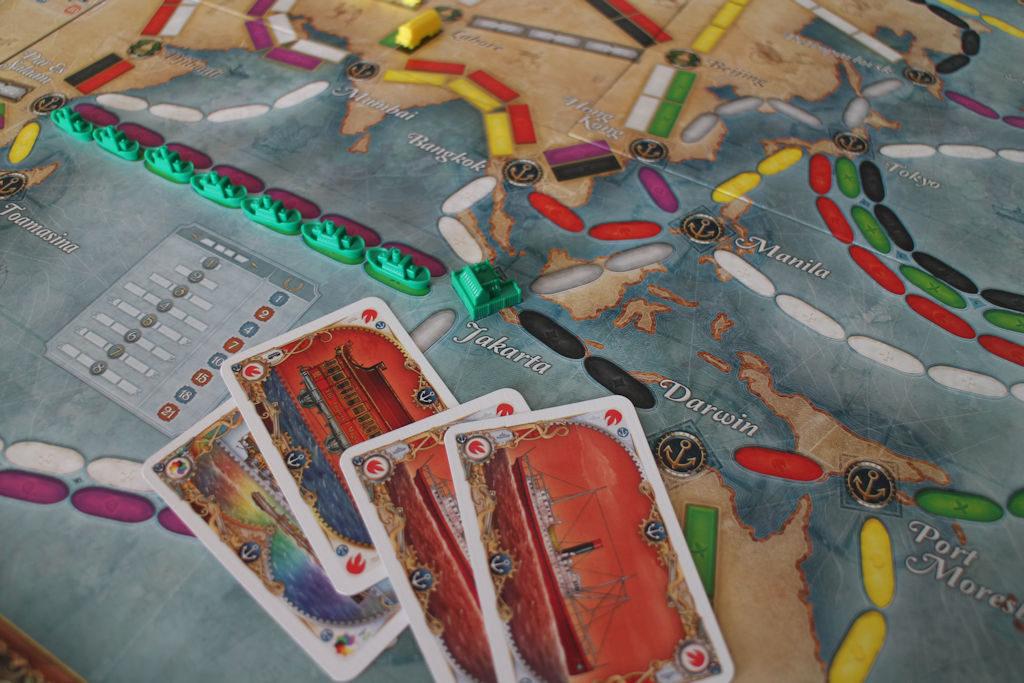 Näin tehdään satama: neljä samanväristä korttia, joissa kaksi juna- ja laiva-korttia. Jokaisessa on oltava ankkuri.