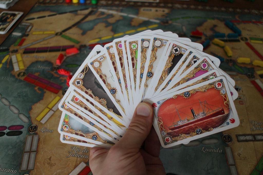 Tässä on pelin pahin kompastuskivi: kuinka erottaa nopeasti juna- ja laivakortit toisistaan? Entä muut korttien oleelliset yksityiskohdat? Auts.