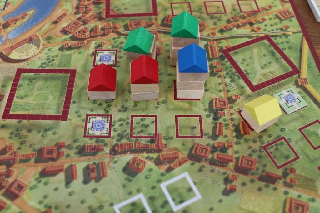 Kaksi eri kaupunginosaa, kaksi eri tarinaa. Vasemmalla veristä taistelua 4 pisteen alueesta - suihkulähteet olleet tarjolla pelin alusta lähtien. Oikealla taas keltainen pelaaja korkannut uuden alueen ja yksittäisellä talolla + huutokaupasta voitetulla suihkulähteellä 3 pistettä. Helppoa kun sen osaa!