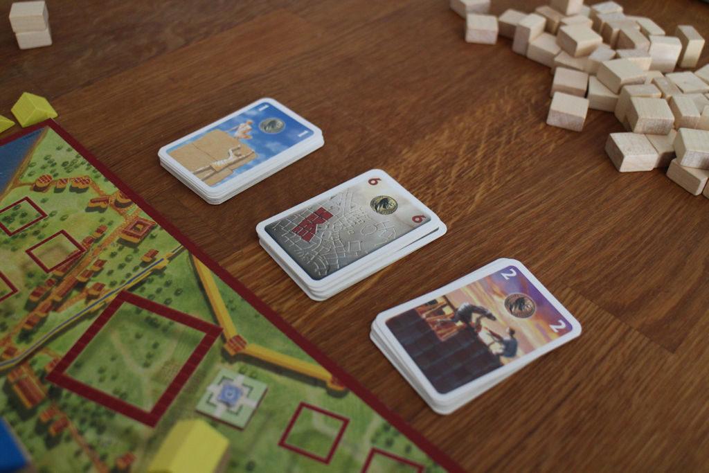 Kierroksen päätteeksi pelaajat ottavat uusia kortteja kolmesta eri avopakasta muiden nähden.