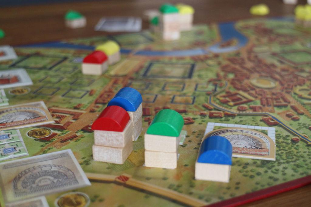 Yksi kaupunginosa täynnä. Loppupelin ajan sininen saa 3 pistettä per kierros, kaksi muuta pelaajaa 1 pisteen. Ja amfiteatteri takaa lisäkortteja.