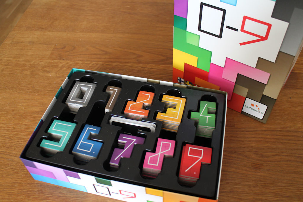 """Pelilaatikon insertissä on näppärät omat lokerot numeroille. Siitäkin huolimatta """"ilmaa"""" laatikossa riittää."""