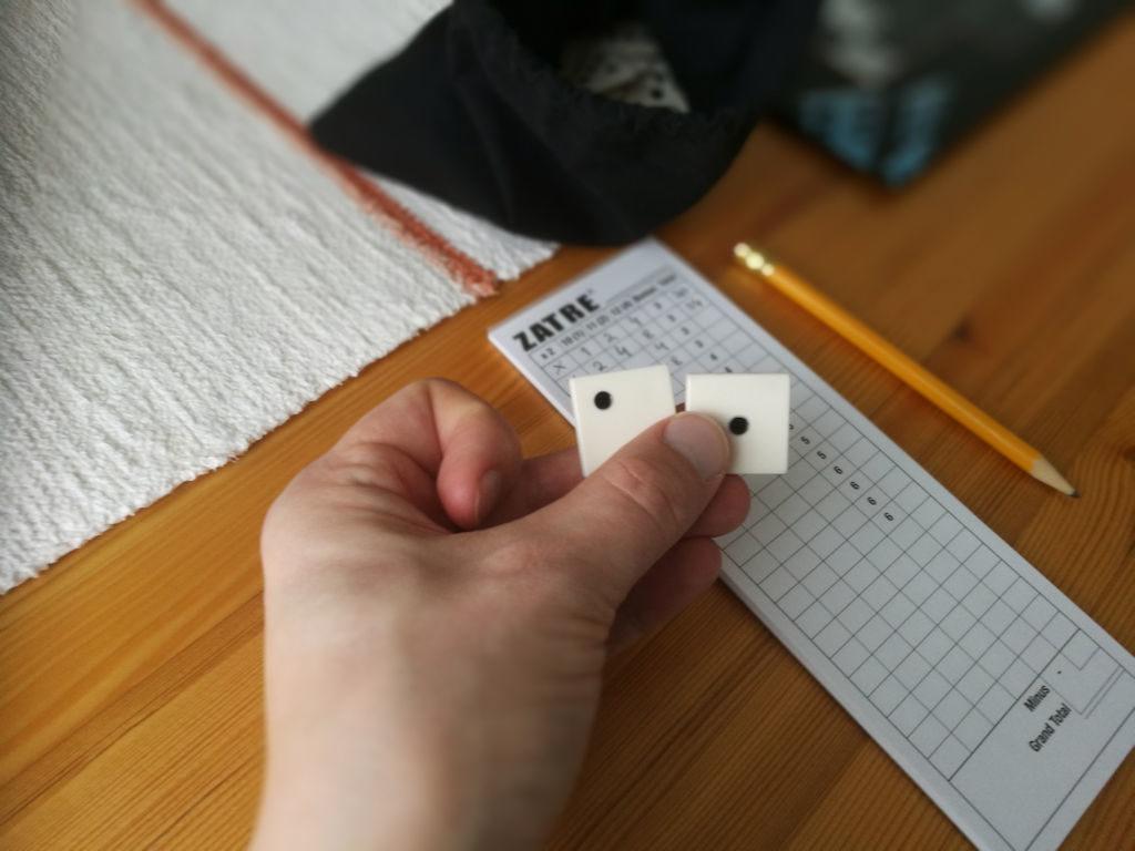 Kaksi laattaa laitettavaksi omalla vuorolla. Tällä kertaa kädessä laatat 1 ja 2.
