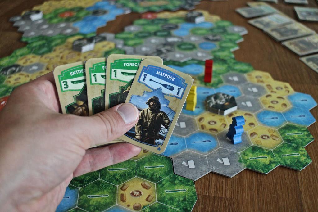 Sinisen pelaajan käsi: ykkösen melamies ja muuten viidakkoveitsi-sankareita. Pelilautaa katsoessa rahakorteille olisi ollut kysyntää, mutta alaoikealta koukkaamalla pääsee silti aikakivasti liikkumaan.