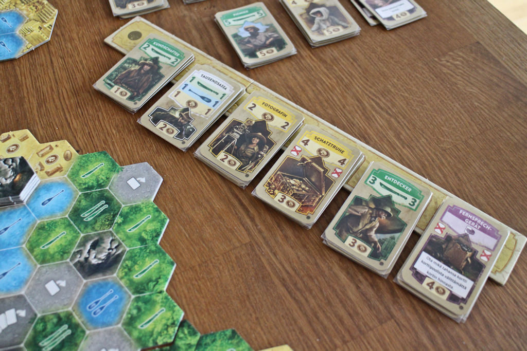 """Korttimarkkinat pelin alussa: parempia viidakkoveitsiä ja rahkortteja. Myös ykkösen jokerit ja kertakäyttöinen """"ota mikä tahansa kortti""""."""