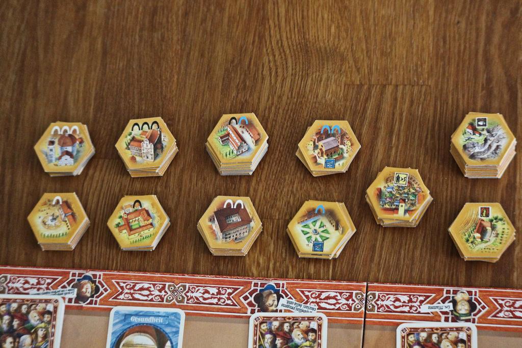 Kaupunginlaajentamiseen käytettävät rakennukset. Huomaa vasemmanpuoleisissa 8 laatassa olevat kaarisymbolit kolmessa eri värissä.