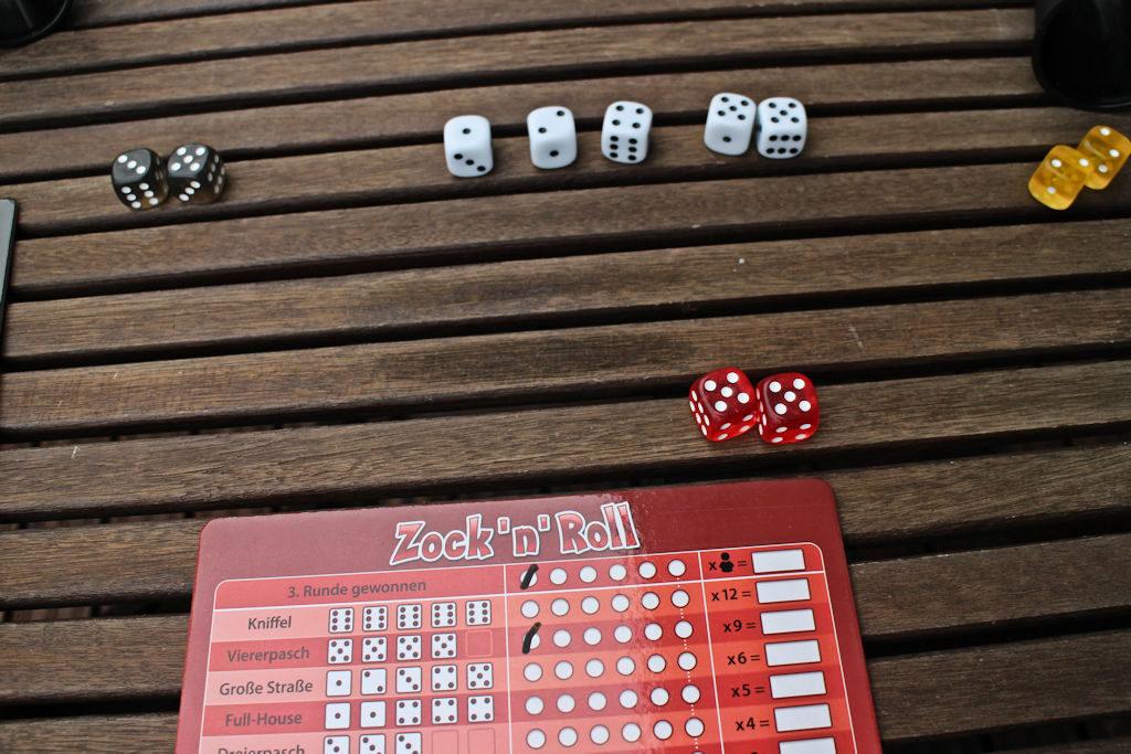 Punainen voittaa ja ruksii pelaajalaudaltaan 'voittaja' ja 'neloset' eli 13 pistettä! Keltainen ja Musta eivät saa merkitä mitään.