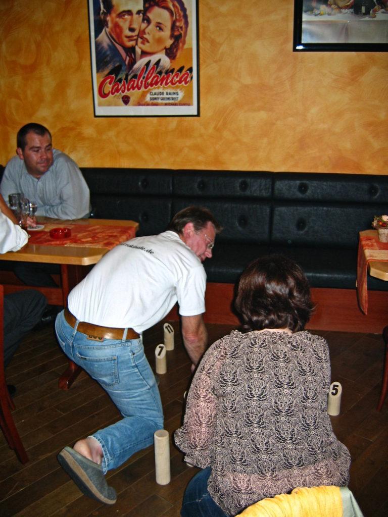 """...""""perinteinen"""" baari-ilta Spiel-messujen aikaan: Crokinole Companionsin Hansille opetetaan Mölkky-pelin sääntöjä."""