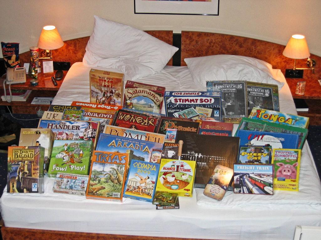 Messupäivän ostokset vuodelta 2006. Jos kuvan peleistä pitäisi tehdä jotain jatkopäätelmiä, niin sanoisin että ei ollut erityisen kaksinen vuosi, sillä näistä peleistä ei montaa ole enää peliporukkamme hyllyssä.