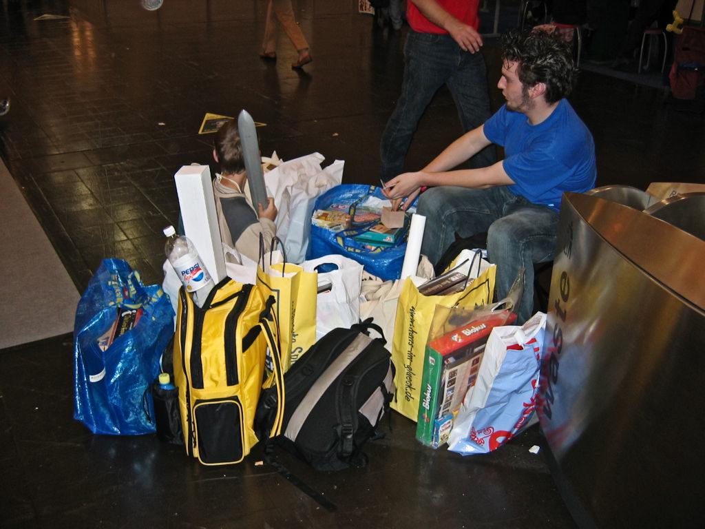 ...tuttu näky messuilla: kassikaupalla peliostoksia pelaajien mukana. Ikea-kasseja näkyy kaikkialla.