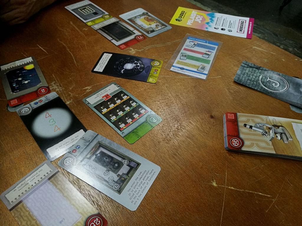 Pakohuonepelit ovat in myös lautapeleissä. Unlock! The Formula tässä testissä.