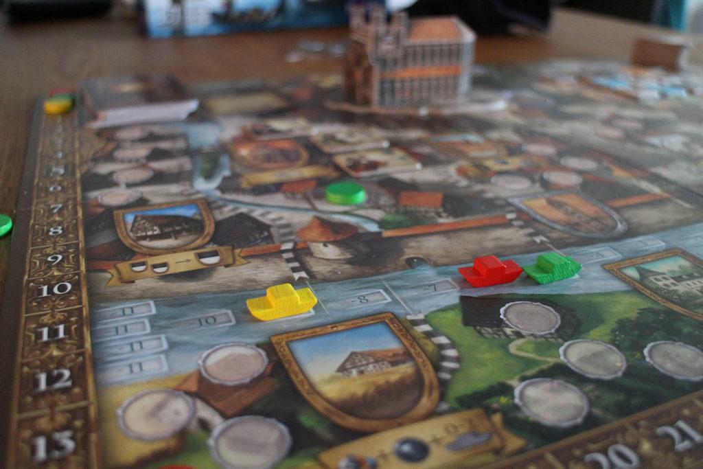 Joki ja laivat ja niiden kaksi funktiota: Laivan sijainti määrittelee mitä toimintoja laudalta on tarjolla. Toisaalta ruutu, jossa laiva on pelin lopussa kertoo saako pelaaja rankkua vai lisäpisteitä.