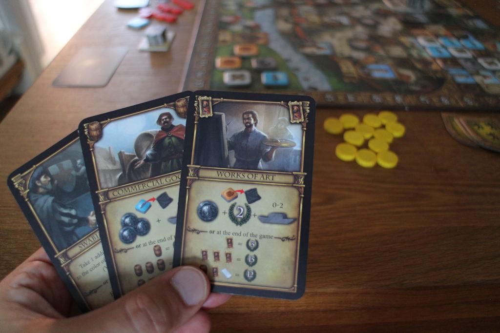 Kortit ovat kaksiosaisia: yläosan kertaedun saa, jos täyttää kortin ehdon. Alaosassa on kuvattu, paljonko kortista ja/tai korttisetistä saa pisteitä, jos sellaisen setti on pöydättynä pelin loppuun mennessä.
