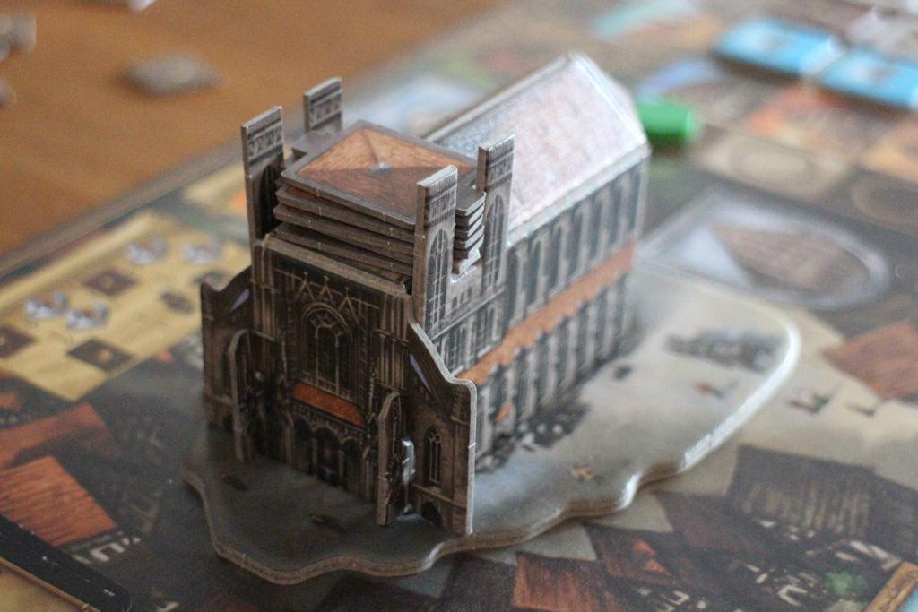 Ulmin katedraali on jo harjakorkeudessaan pelin alkaessa. Torniin lisätään kerros per pelikierros ja kun kerroslaatat loppuvat, peli päättyy. Huisia!