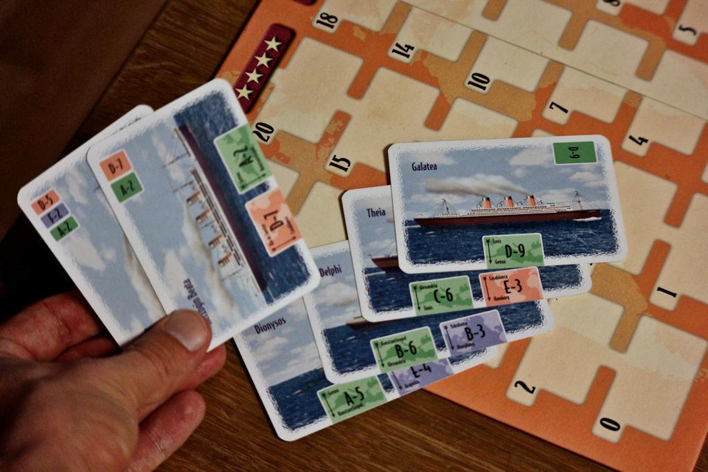"""Näin valmistuu vihreä Välimeren reitti: A5+B6+C6+D9 = 26 + 4 pistettä bonuksia oikein rakennetusta reitistä. Käteen jää kuvan kaksi korttia mikä onkin maksimimäärä mitä """"ylimääräisiä"""" kortteja saa olla."""