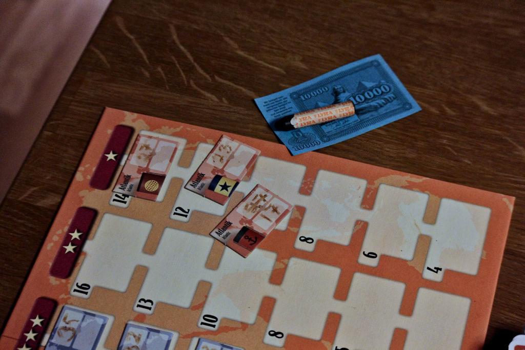 Punainen linja on pelattu alimpaan tähtiluokkaan ja rivin lukinnut pelaaja ottaa heikosta risteilystään maksimilainat: 10 000e, mutta 10 pistettä vähennetään risteilyn arvosta.