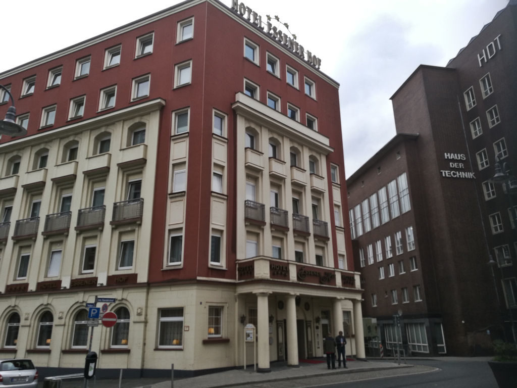 Hotelli Essener Hof aivan Essenin rautatieaseman välittömässä läheisyydessä.