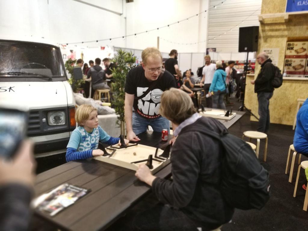 Antti Koskinen Bonkin sääntöjä opettamassa.