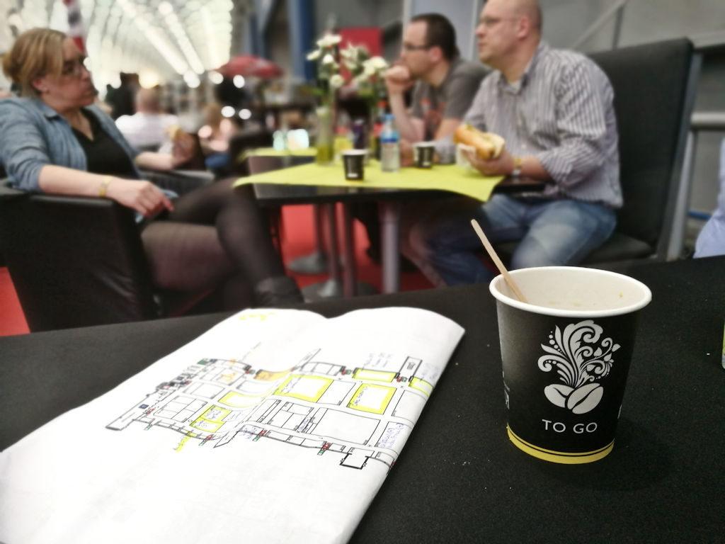 Välille kaipaa pientä breikkiä - kahvi maistuu Saksassakin.