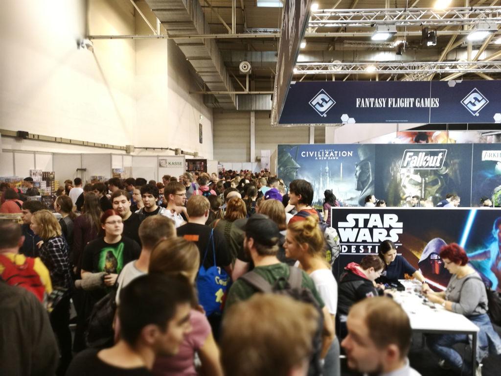 """Ei... tässä ei kuvata Fantasy Flight Gamesin osastoa eikä Star Wars -peliä. Edestä alkaa jono """"legendaariseen"""" häkkikauppaan, josta moni messukävijöistä tekee löytöjä. No, tällä kertaa vedettiin vesiperä mitä löytöihin tulee."""