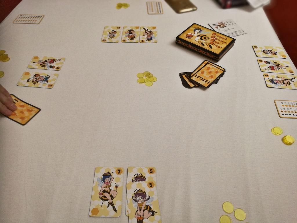 Japanilaisten uutuus: Sweet Honey, Bee Mine! perustuu pitkälti bluffaukseen.