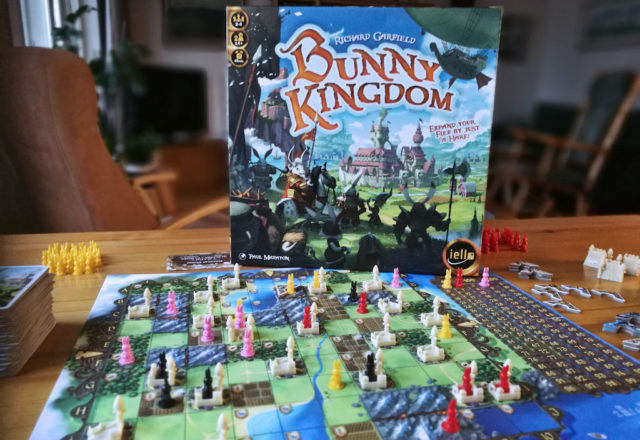 Bunny Kingdom -kansi ja pelilauta.