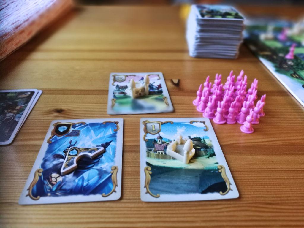 """Kuvassa pinkin pelaajan sivuun keräämät """"herkut"""" odottamassa laudalle peluuta."""