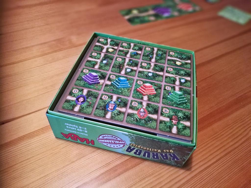 """Mukana tulee yksi """"lunttilappu"""", josta näkee yhden pakan kaikki kortit."""