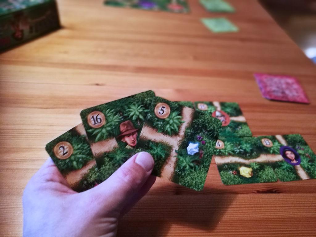 Kolmen kortin käsi, joista kaksi valitaan...