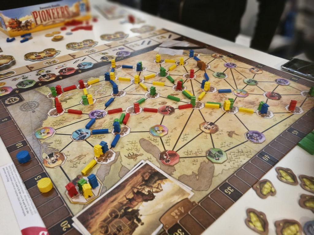 Pioneers näyttää ja tuntuu Queen Gamesin peliltä. Reittien rakentelu yhteisesti ajettavilla vankkureilla on mielenkiintoinen haaste.