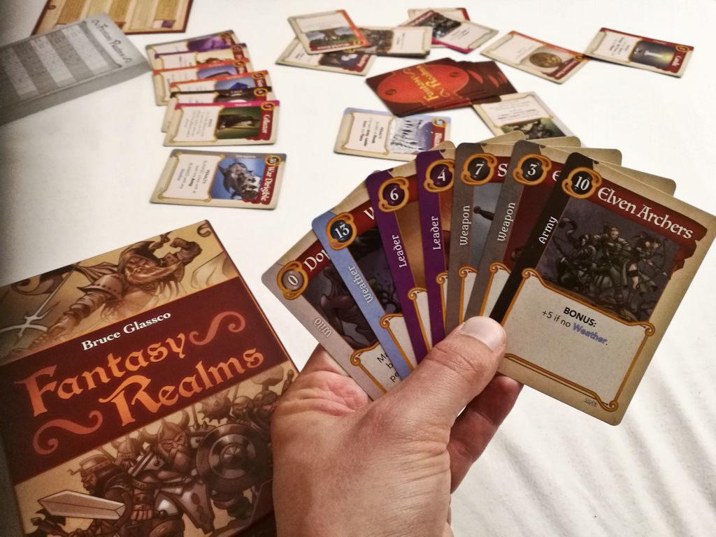Seitsemän kortin superkättä rakentamassa (Fantasy Realms).