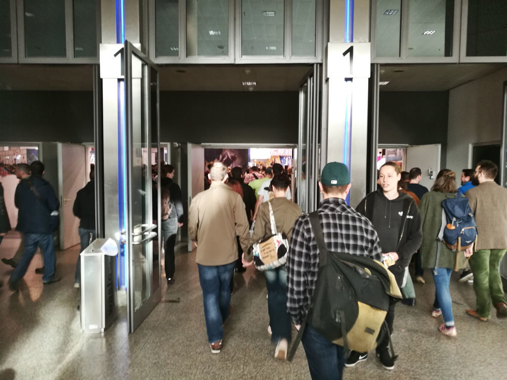 Sunnuntai aamuna ei tarvinnut odotella ovien aukeamista, vaan saatettiin marssia suoraan sisään.