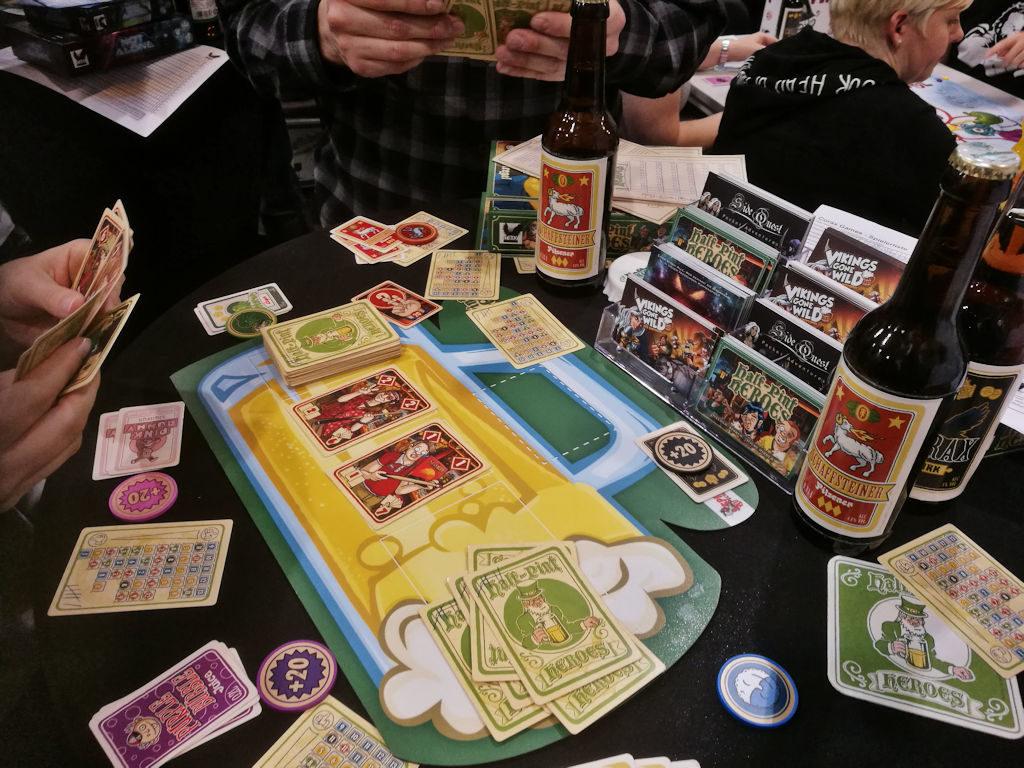 Korealla grafiikalla ja olut-rekvisiitalla ryyditetty Half-Pint Heroes -pelipöytä.