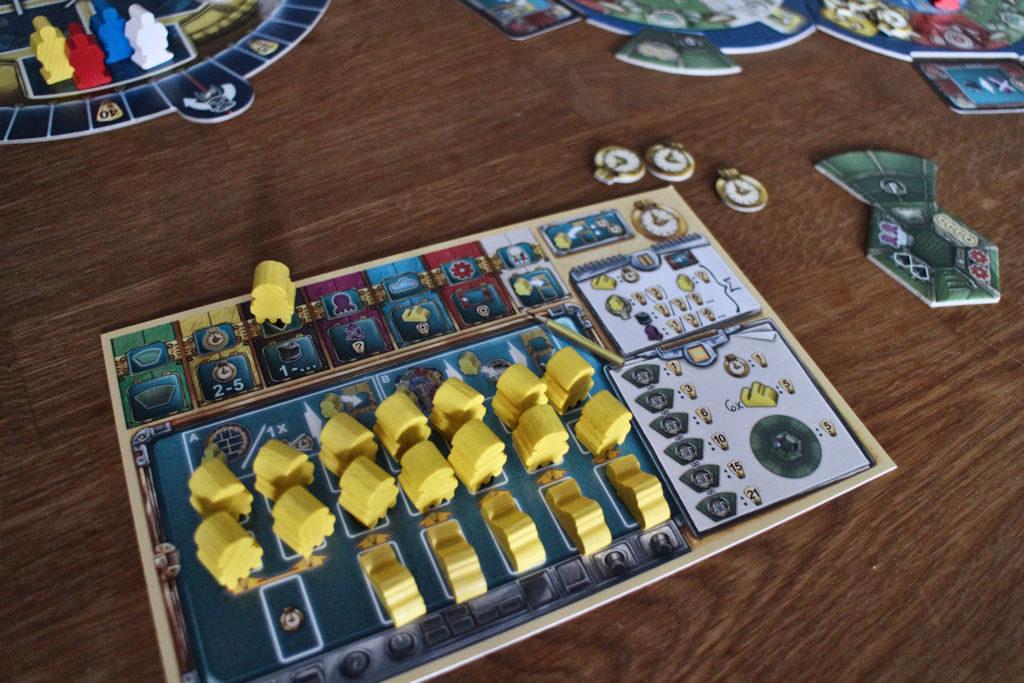 Pelaajakohtainen lauta on pelin alussa täynnä. Vasemmalle ylös tehdään ohjelmoinnit eli tässä musta koodaus odottamassa sen suorittamista. Oikea lauta muistuttaa pisteytyksistä.
