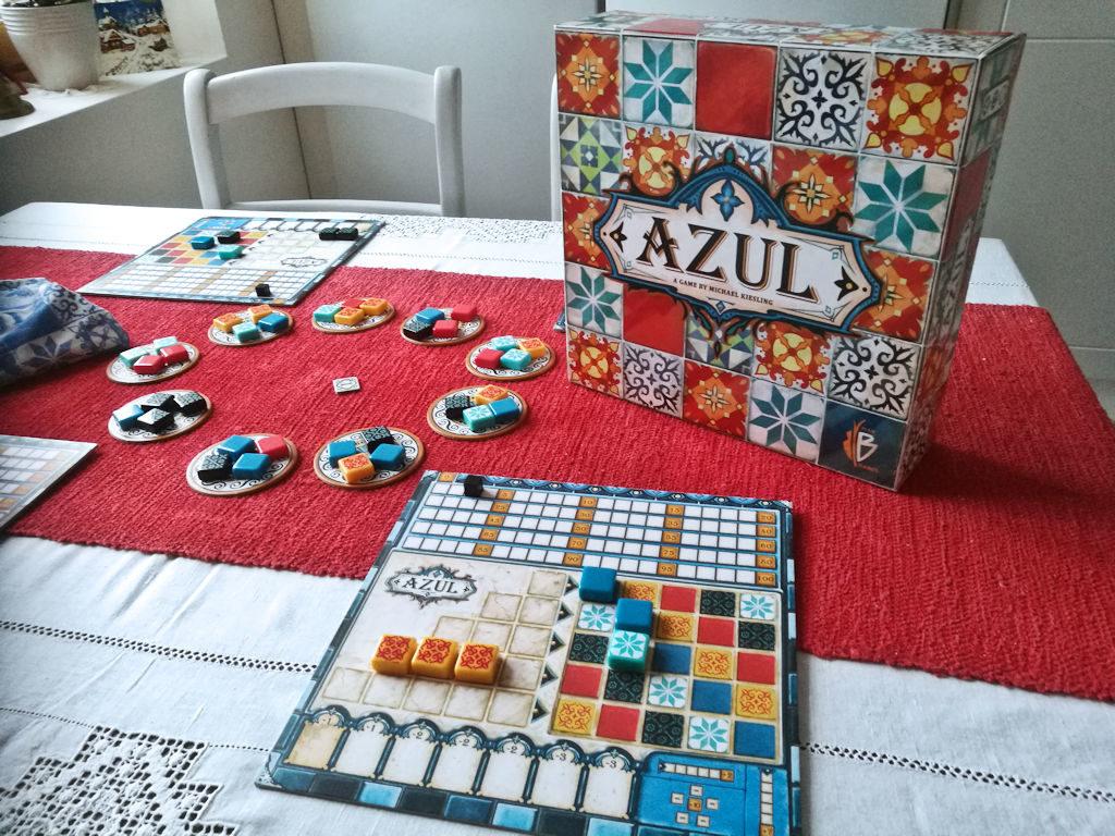 Azulin raikas värimaailma miellyttää silmää.