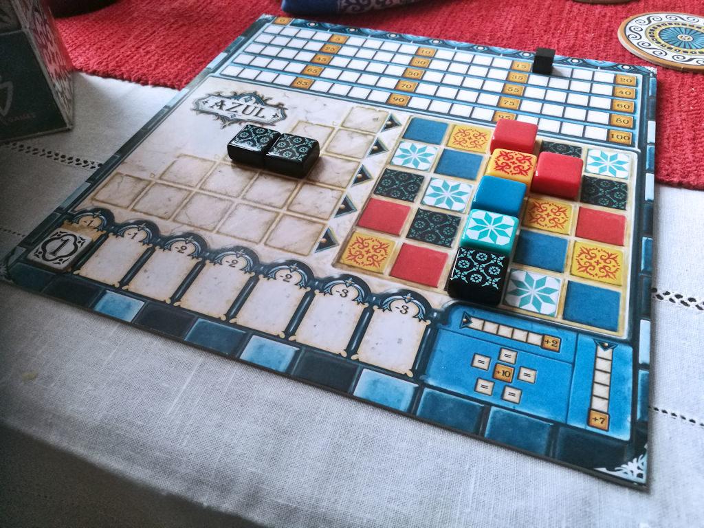 Pelin päättyessä lisäpisteitä annetaan täysistä vaaka- (2p) ja pystyriveistä (7p). Lisäksi, jos värin kaikki ruudut on täytetty, ropisee pisteitä mukavast (10p). Kaikki nämä näkyvät pelaajalaudalta.