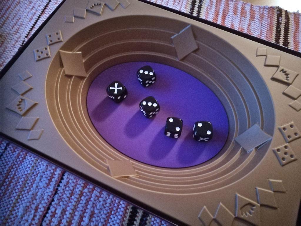 Unelmatilanne: pelaaja saa neljä noppaa itselleen ja yksi menee sivuun...