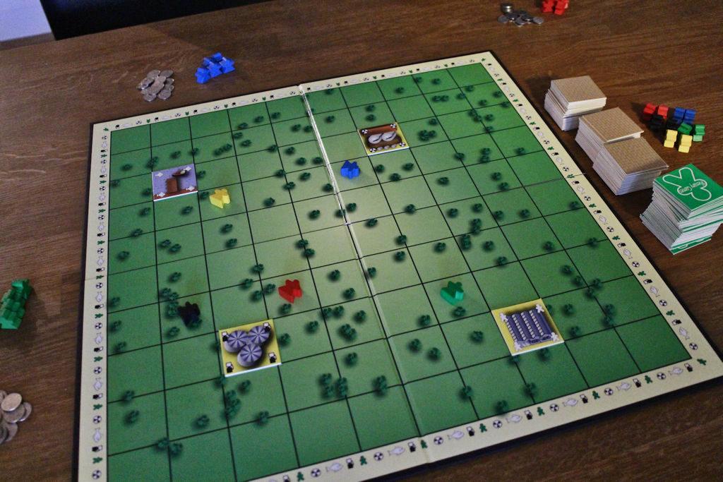 Pelin alussa laudalla on ainoastaan varastot. Niinikään pelaajien ensimmäiset tonttivaraukset on tehty.