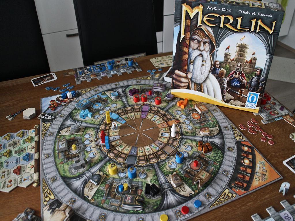 Valkoparta-Merlin patsastelee pelilaatikon kannessa.