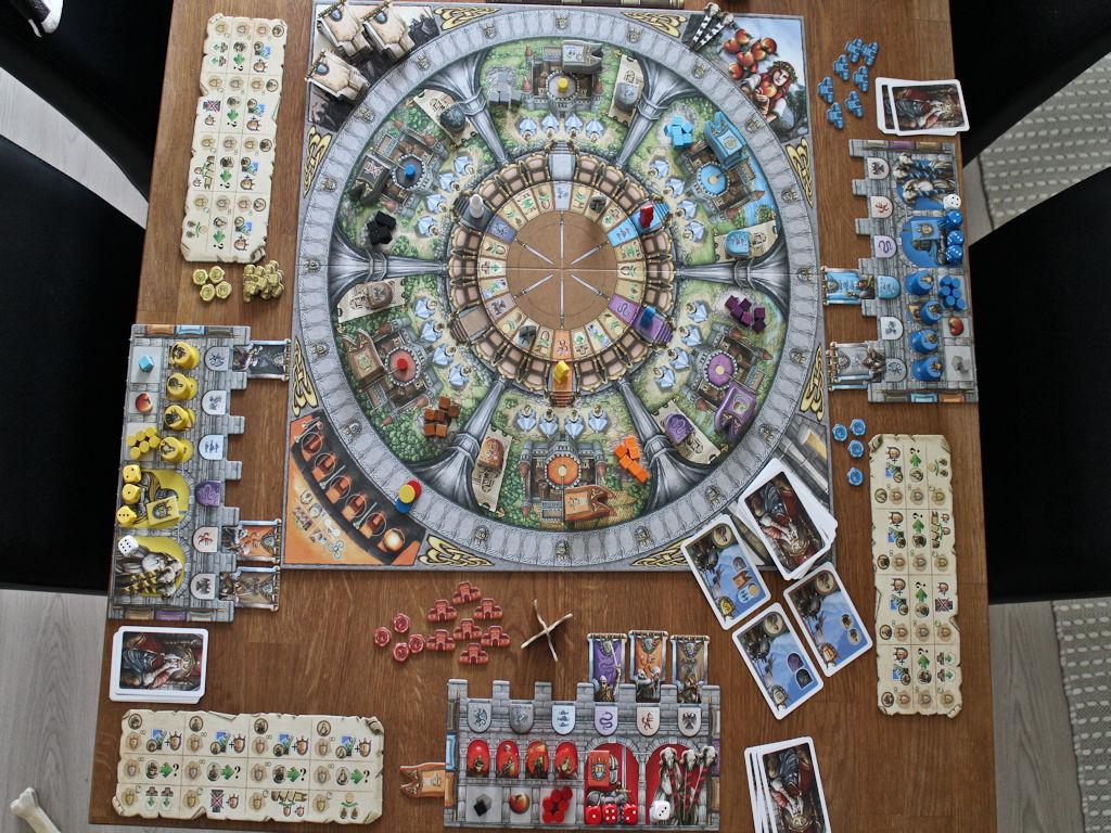 Pelin tavarapaljous levitettynä pöydälle pelikuntoon.