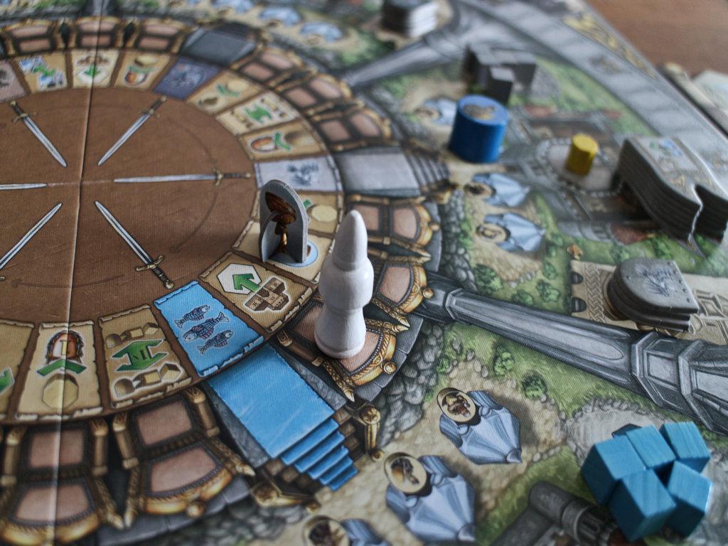 Merlin siirrettynä kartanonrakennus -ruutuun. Graalin maljaa odottaa sekin vielä poimijaansa.