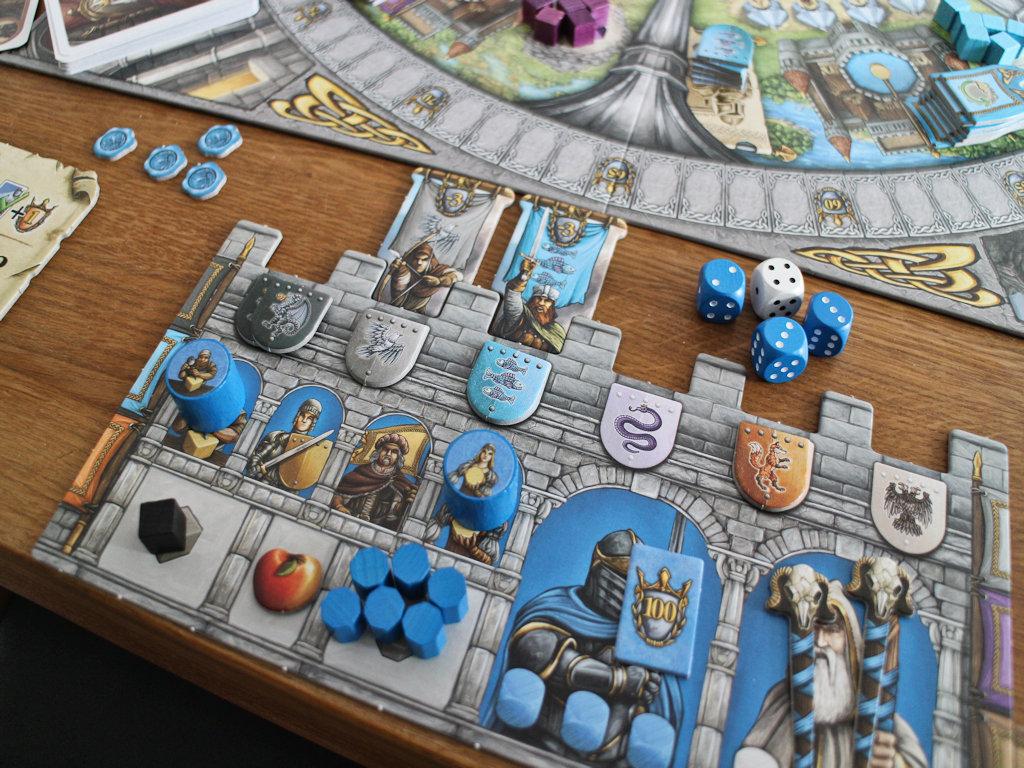 Sininen pelaaja on luutinut yhden linnanvaltaajan muureilta jo aiemmin ja nyt sininen sekä harmaa kilpi blokkaavat loputkin. Ei siis pistemenetyksiä!