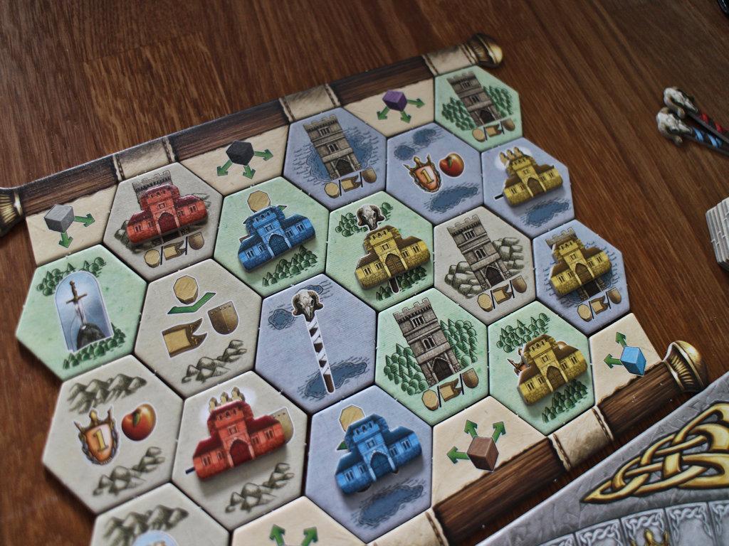Kartanoita pukkaa maastolaudalle pelin edetessä. Kisaa käydään alue-enemmisstöistä.