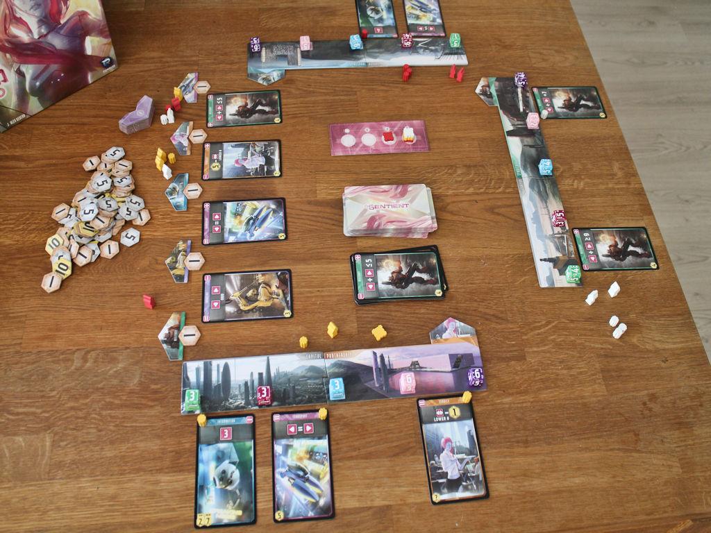 """Sentient levitettynä: pelaajakohtaiset robottitehtaat ja keskellä pöytää """"korttimarkkinat""""."""