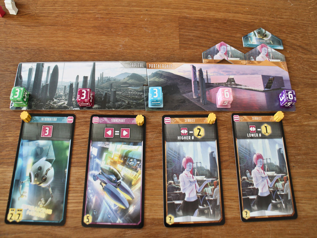Mukavat kierrospisteet, sillä vasemmalta lukien: 7+5+4+5 = 21 pistettä. Lisäksi ylänurkasta näkee, että pelaaja saa jokaisesta palvelusrobotista 2 pistettä ja informaatiorobotista 1 pisteen pelin lopussa, johon nyt napatut kortit istuvat oikein hyvin.