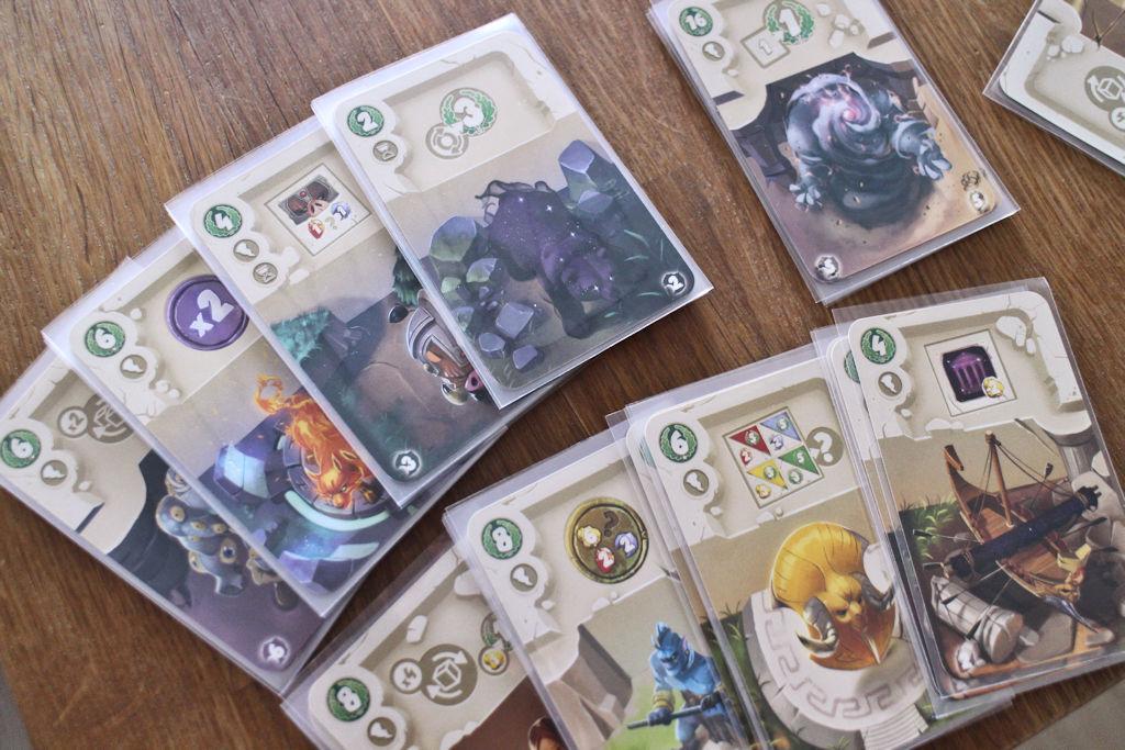 Dice Forgen paketista löytyy muutamia korvaavia kortteja eli kaikkia pelejä ei tarvitse pelata samanlaisella setupilla.