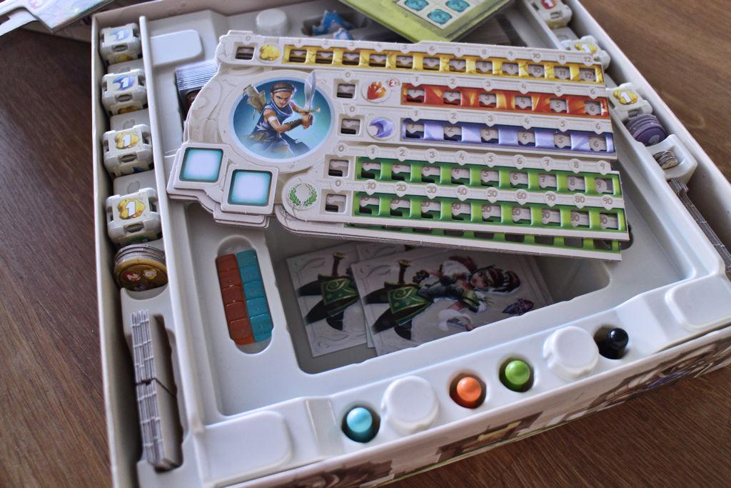 Pelin insertti on yhdenlainen taidonnäyte: löytyy omat kolot kaikille komponenteille, mutta pienimmät hilut on kyllä kätevämpää pitää minigripeissä.