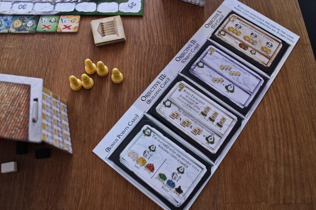 Kolme lopetusehto- ja (samalla) pisteytyskorttia ja yksi bonuskortti.