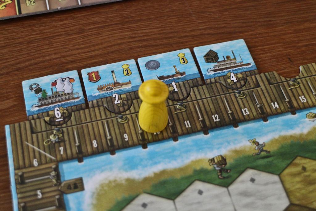 Pelaajan lastaamat laivat ja satamamestari.